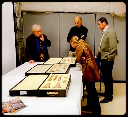 Dans les réserves du Muséum à Paris  : les deux responsables Alain Froment et Philippe Mennecier, avec la préhistorienne Estelle Bougard, du Comité scientifique du musée de site de Cro-Magnon (Alain Bernard à l'extême gauche