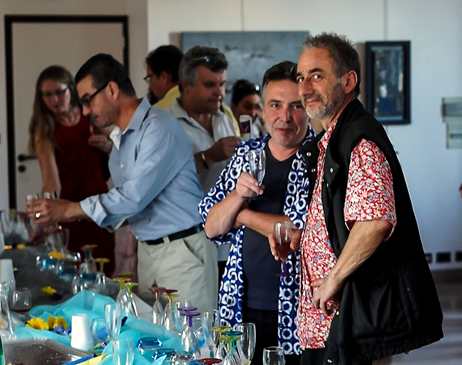 Mhanna, mari de Kika (chemise bleue et lunettes), puis Alain Molliet près de Bruno Guiot en chemise fleurie rouge, artiste conceptuel bien connu à Périgueux