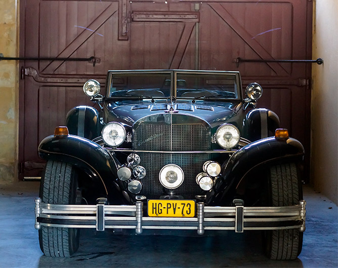 Les Bakker aiment les vieilles autos. Ici une néo-classique Excalibur