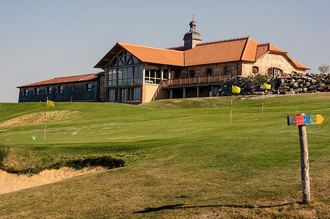 Le nouveau bâtiment abritant le bistrot dont la terrasse surplombe le terrain de golf