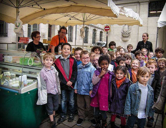 Les enfants devant le banc de Mimi et Fabrice Thieullent