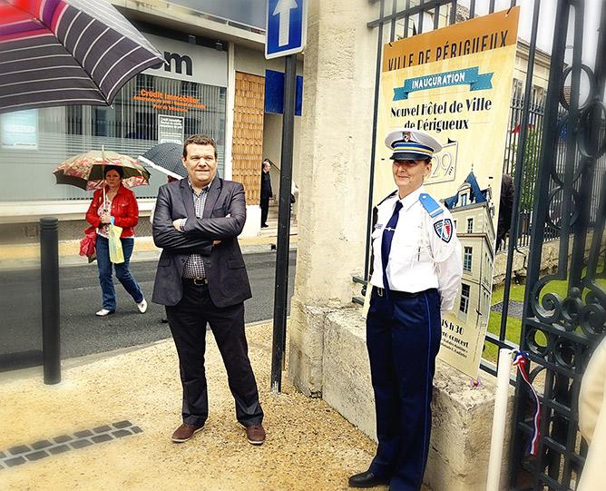 Frédéric Perraud, directeur de l'office de tourisme de la ville de Périgueux. (à d.) une charmante policière