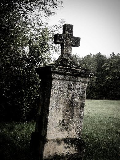 Une croix en cours de restauration