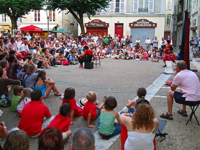 MIMOS 2009 Cie Théâtre des Silences sur la place du Marché au Bois