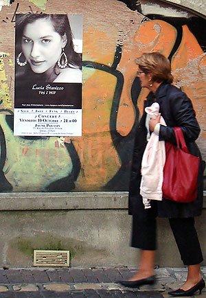 Affiche de Lucia Stanizzo sur un mur le long de la rue Limogeanne