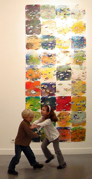 Benjamin Bondonneau et enfants jouant devant sa toile