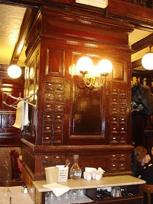 Le Bouillon Chartier - les célèbres tiroirs à serviettes