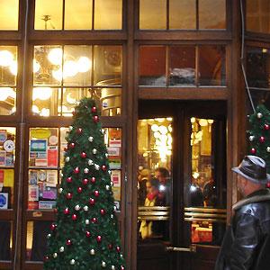 Le Bouillon Chartier Paris - porte tournante