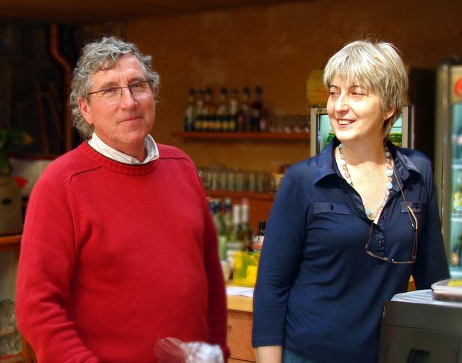 Jean-Claude Flottes dit Djice avec son épouse derrière le comptoir de la galerie Le V.I.P. à Périgueux