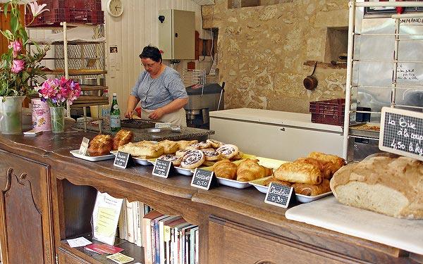 Hélène au travail dans sa nouvelle boulangerie rue Saint-Front à Perigueux