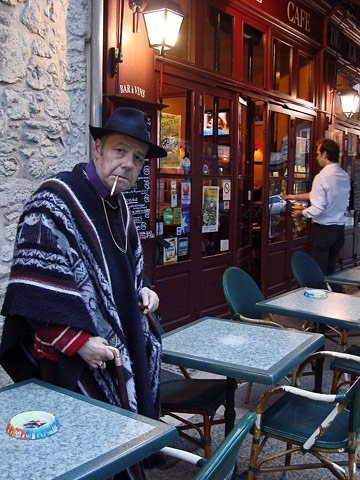 Jean-Claude Thaury devant le café de la Place