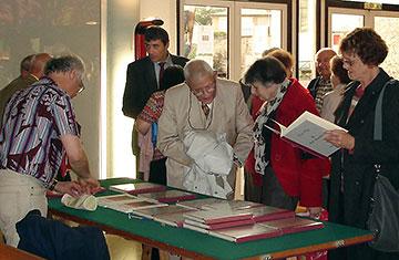 La vente de La belle coutelière, gérée par Jacky Raimbault, a gauche sur l'image