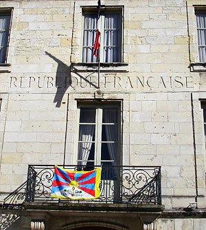La Mairie arbore le drapeau du Tibet