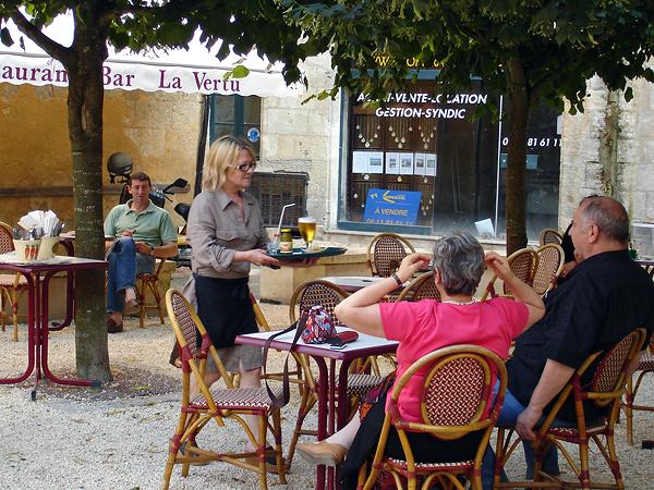 Martine Montet servant des boissons au bar la Vertu