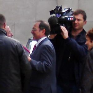 Michel Moyrand près du café la Truffe sur la place du Coderc, sur le point d'être interviewé par TF1. J'ai pris cette photo du café Errel vers 13h30.