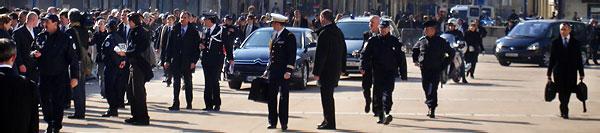 Le Président Sarkozy et toute sa suite arrive sur l'esplanade du théâtre à Périgueux