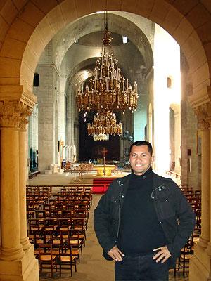 Père Roberto RAMOS-PERTUS à l'intérieur de l'église Saint-Front