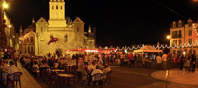 Les gens dansent et consomment sur la place de la Clautre à Périgueux