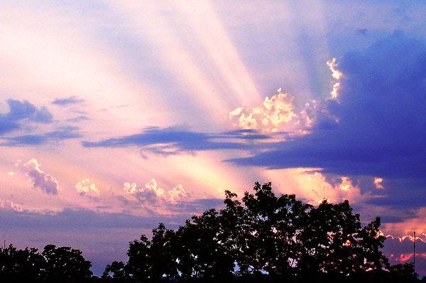Soleil couchant au-dessus de Chancelade le 23 juin 2008