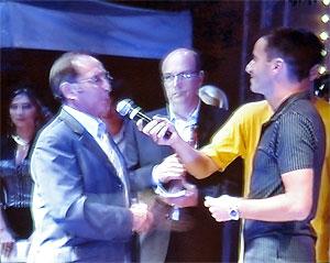Michel Moyrand, maire de Périgueux remet le premier prix des interprètes à Philippe Bégué