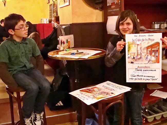Quentin et Laurine avec une affiche pour le concert de Jason Falloon