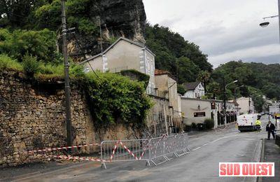 Le mur de soutènement menaçant de s'écouler au bas de l'Arsault a entraîné la fermeture de la route ce matin. (PHOTO A. L.)