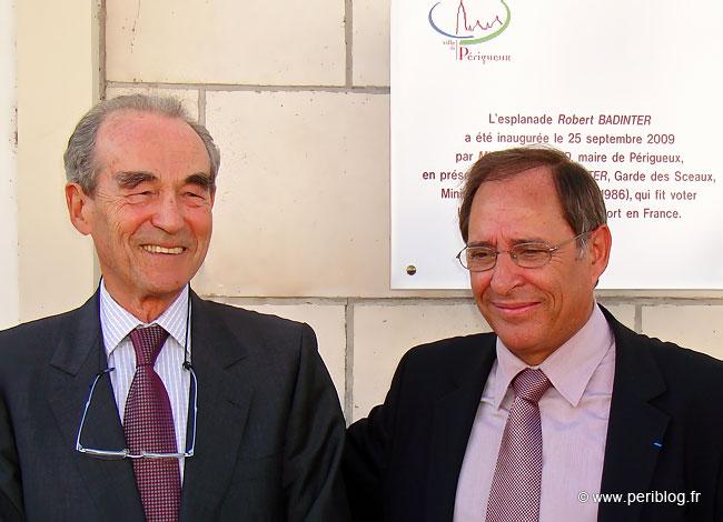 Robert Badinter à gauche en compagnie de Michel Moyrand maire de Périgueux le 25 septembre 2009