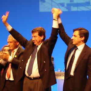 Xavier Darcos maire de Périgueux saluant la foule avec François Fillon, premier ministre