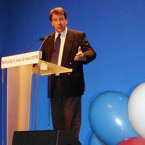 Xavier Darcos parle en présence du premier ministre et du maire de Bordeaux