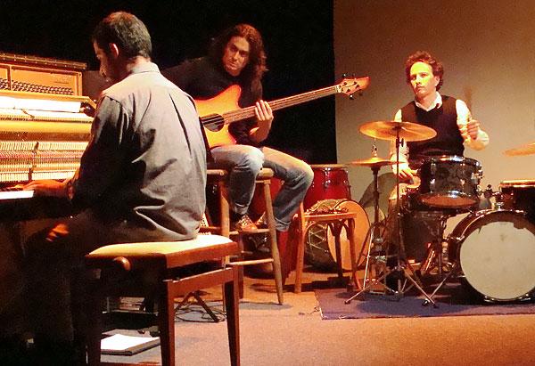Yonathan Avishai ainsi que Nicolas Mirande à la guitare et Bertrand Noel à la batterie