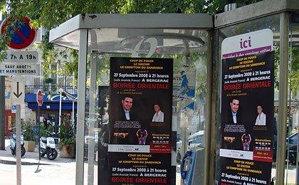 Affiches sur cabines téléphonique sur le cours Tourny
