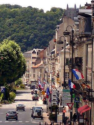 Quelques maisons sur l'avenue Montaigne arborent le drapeau tricolore