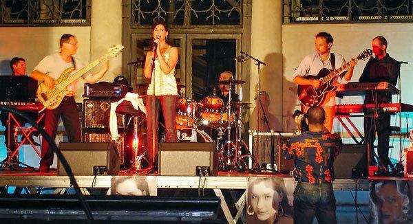 Lucia Stanizzo et orchestre sur la place du Coderc à Périgueux