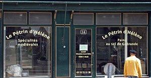 La devanture du Pétrin d'Hélène rue Saint-Front à Périgueux - JJS habillé en canari jette un œil à l'intérieur