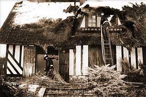 Incendie de chaumière en Normandie au début des années 1980