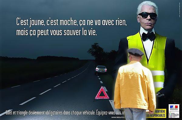 Mon ami Jean-Jacques devant une image de Carl Lagerfeld et son gilet jaune pour la prévention routière