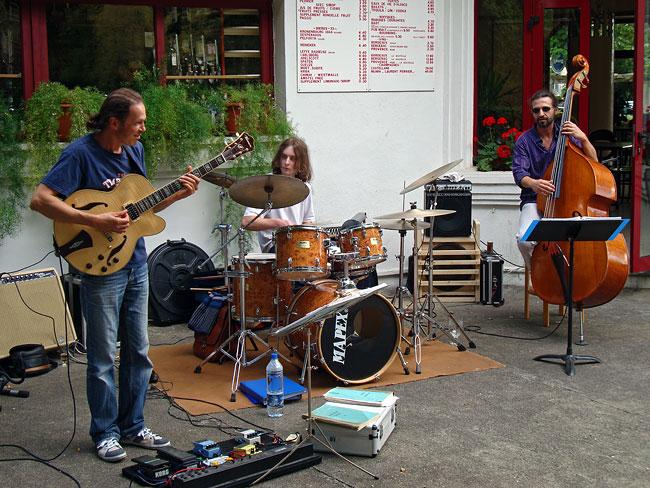 Philippe Pouchard à la guitare à la guinguette Barnabe le 2 août 2009
