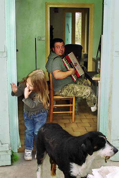 Accordéoniste avec petite fille et chien près de la Maladerie à Périgueux