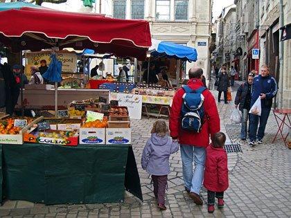 Marché place du Coderc avec la rue Limogeanne