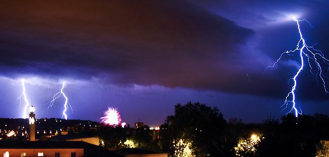 Ciel d'orage et feu d'artifice au dessus de Périgueux