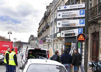 Panneau signalant le nombre de places disponibles dans les parkings de Périgueux