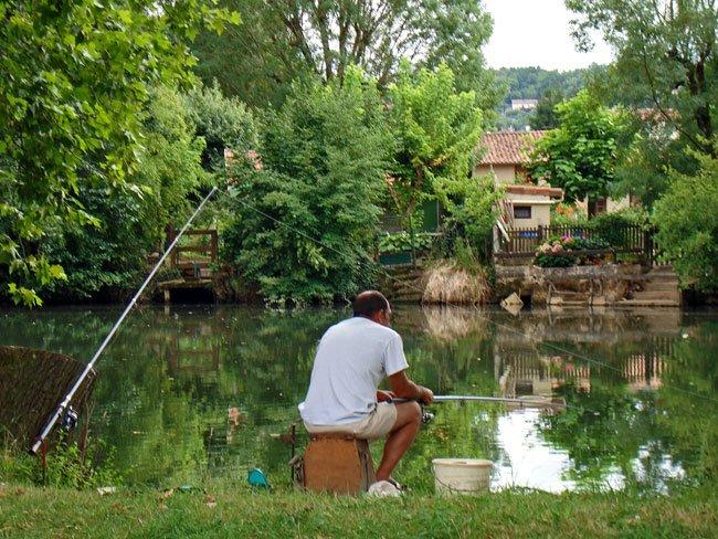 pêcheur sur une rive de la rivière l'Isle