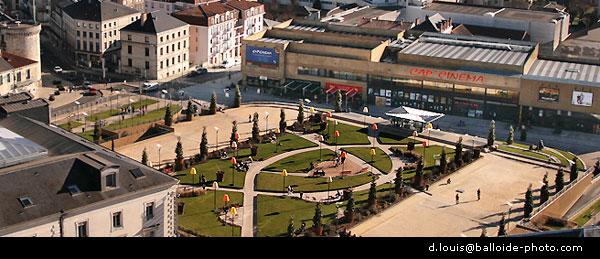 La toute nouvelle place Francheville avec cinéma multiplexe et restaurants à Périgueux. Droits d'auteur d.louis@balloide-photo.com