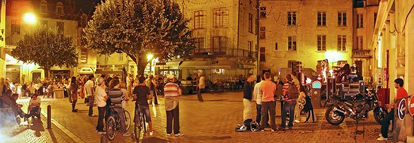 Spectateurs sur la place du Coderc lors du concert de Lucia Stanizzo