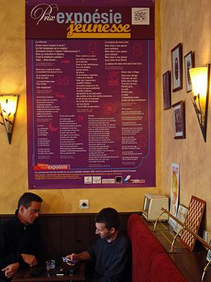 Poster pour Expoésie Jeunesse à Périgueux - on voit Patrick Gomez musicien à gauche sur la photo