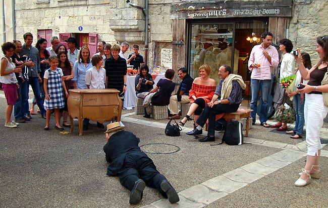 Alain Bernard photographie Émilie Mazeau Langlais et ses amis sur la place du Marché au Bois