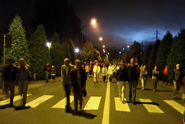 Sur le chemin du retour, nous étions des milliers à faire la route à pied