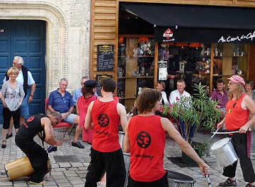 Le Groupe Samba Garage Périgord devant le café Errel Place du Coderc, Périgueux