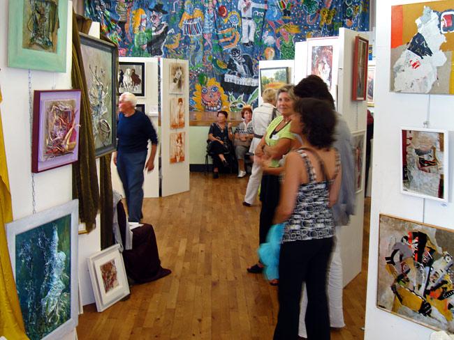 Sanilh'Art dans la salle du haut avec Nathalie au premier plan