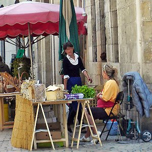 Vendeuses du fromage du Porc Tout Gai près de la mairie de Périgueux
